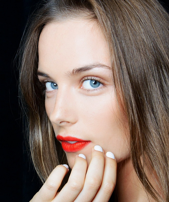 How to paint the lips bright lipstick – the secrets of choosing colors and durability of makeup