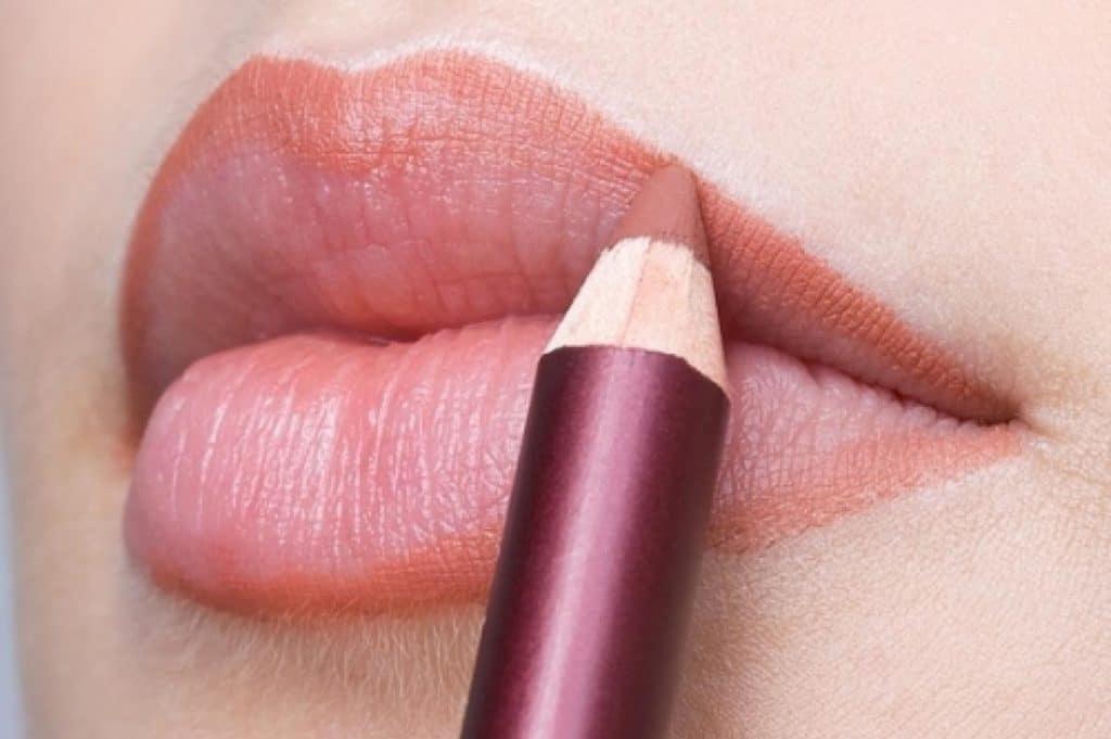 Обвести губы карандашом