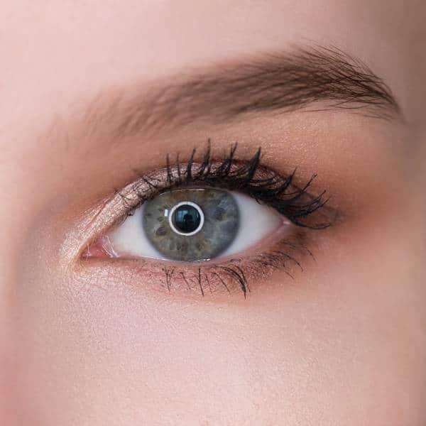 Светлые тени в уголки глаз