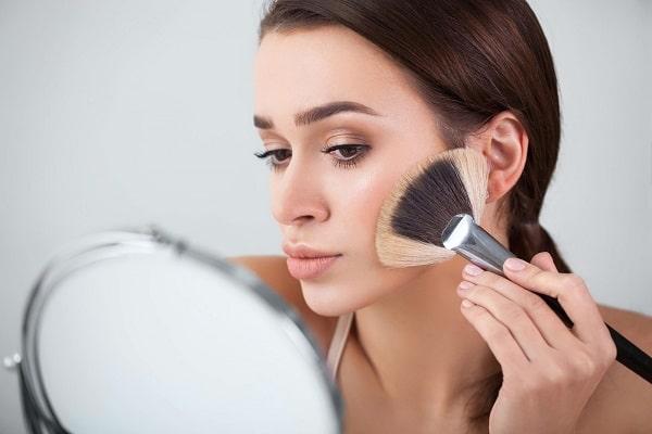 Нанести макияж