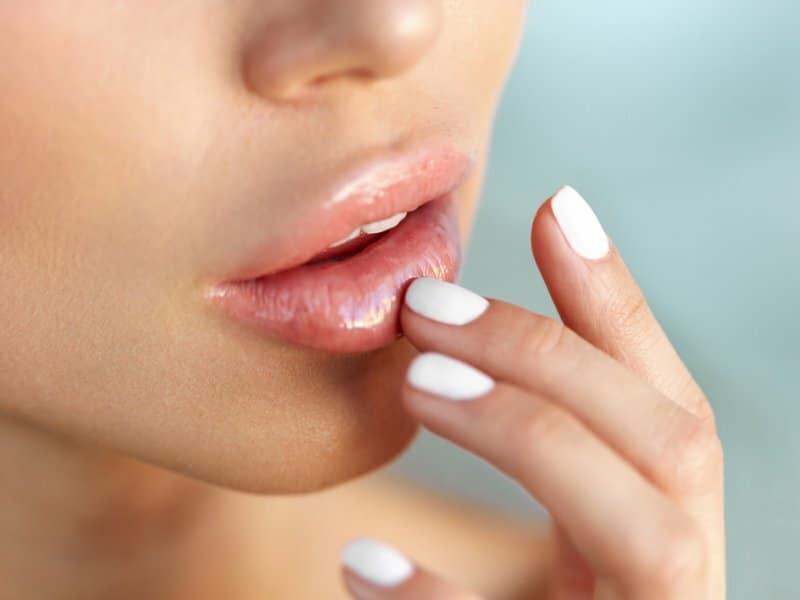 Увлажнить губы